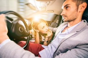 Девушка наклонилась к парню за рулем