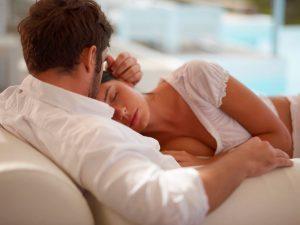 Парень возле спящей девушки