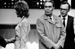 Леонид Брежнев смотрит на женщину